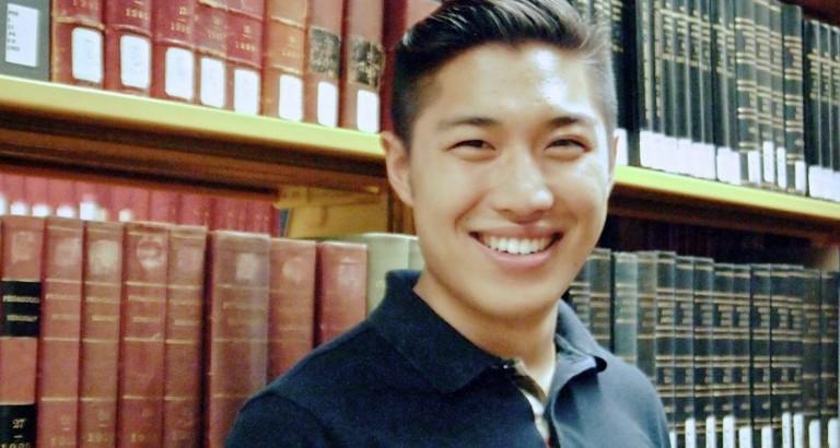 Photo d'Allister Chang devant une étagère de livres