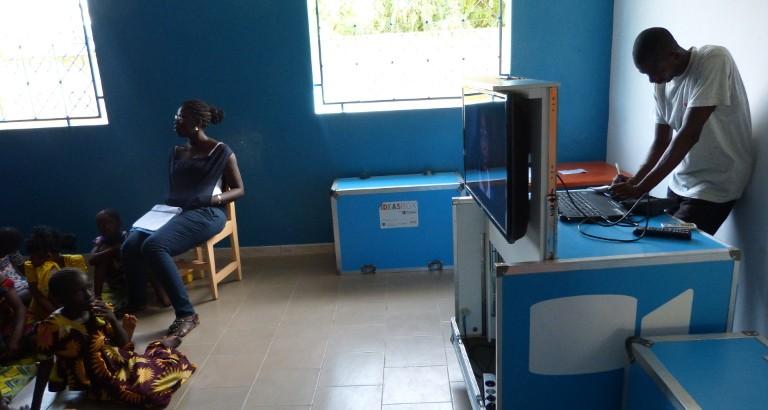 Photo de filles a une projection de film dans la MDE de FAP au Senegal