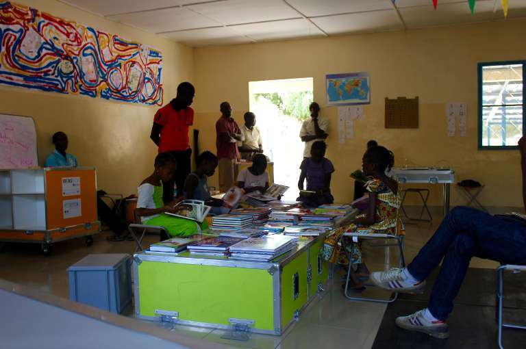 Photo des premiers utilisateurs de l'Ideas Box au Sénégal