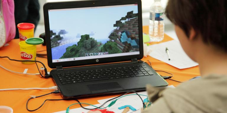Photo d'un garçon faisant de la programmation lors d'un atelier VDC