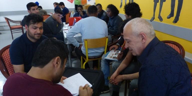 Photos de migrants utilisant l'Ideas Box au centre Jean-Carré à Paris