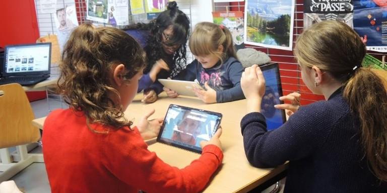 Photo de jeunes filles utilisant les tablettes de l'Ideas Box à Rennes