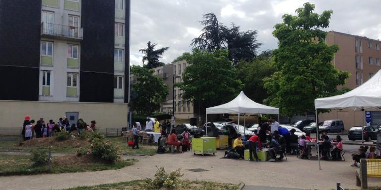 Photo du déploiement d'une Ideas Box à Sarcelles