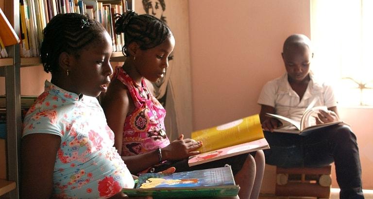 Photo d'enfants qui lisent au CLAC de Yaoundé au Cameroun