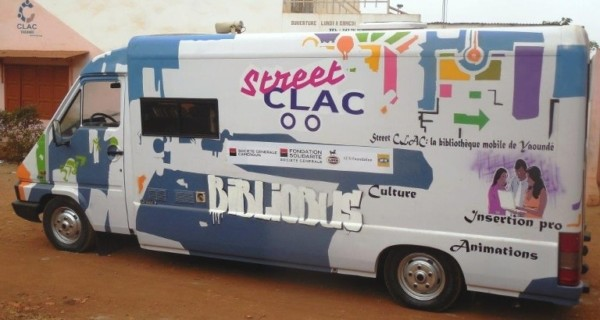 Picture of the Street CLAC book bus in the streets of Yaounde
