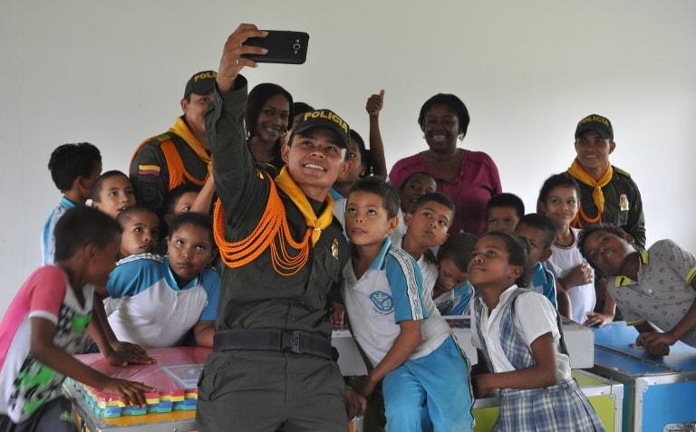 Photo d'un selfie entre un policier et des enfants