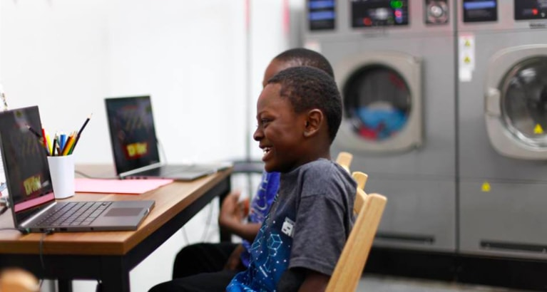 Photo d'un enfant dans une laverie à Détroit