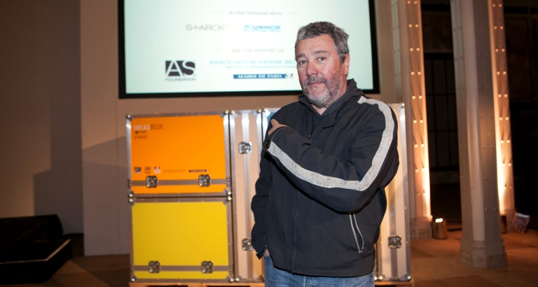 Photo de Philippe Starck devant l'Ideas Box
