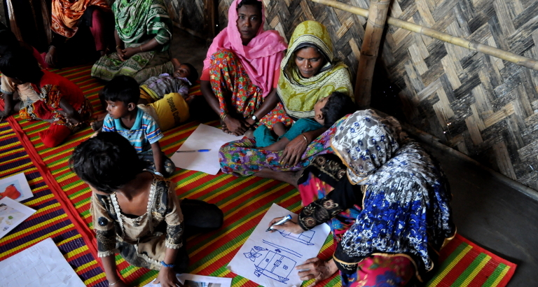 Photo d'un atelier de dessin auprès des Rohingya