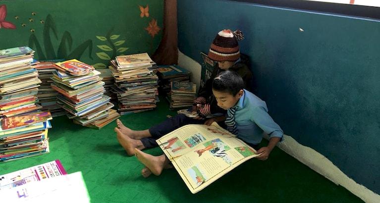 Deux enfants népalais lisent des livres